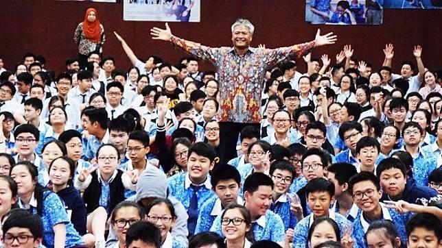 Budi Soehardi berpose di tengah-tengah murid Bina Bangsa School, Kebon Jeruk, Jakarta usai memberikan pengalaman yang menginspirasi