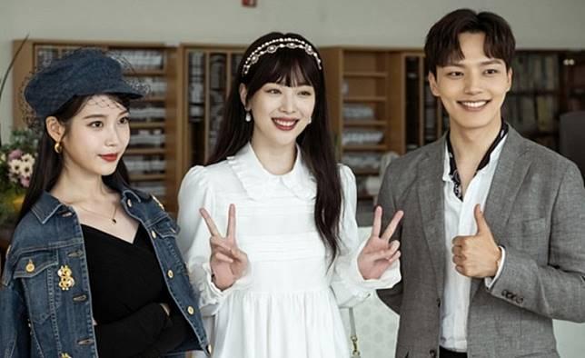 Sulli(中)客串IU與呂珍九主演的劇集《德魯納酒店》。