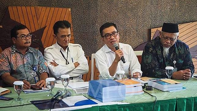 Helmy Yahya (dua dari kanan) didampingi kuasa hukumnya Chandra Hamzah (dua dari kiri) bersama Dewan Direksi LPP TVRI memberikan keterangan kepada media terkait pemecatannya sebagai Direktur Utama TVRI, Jakarta, Jumat, 17 Januari 2020. Sementara itu, sebanyak 4.000 karyawan TVRI melayangkan mosi tidak percaya kepada Dewas TVRI sebagai dukungan kepada Helmy Yahya. Tempo/Nurdiansah