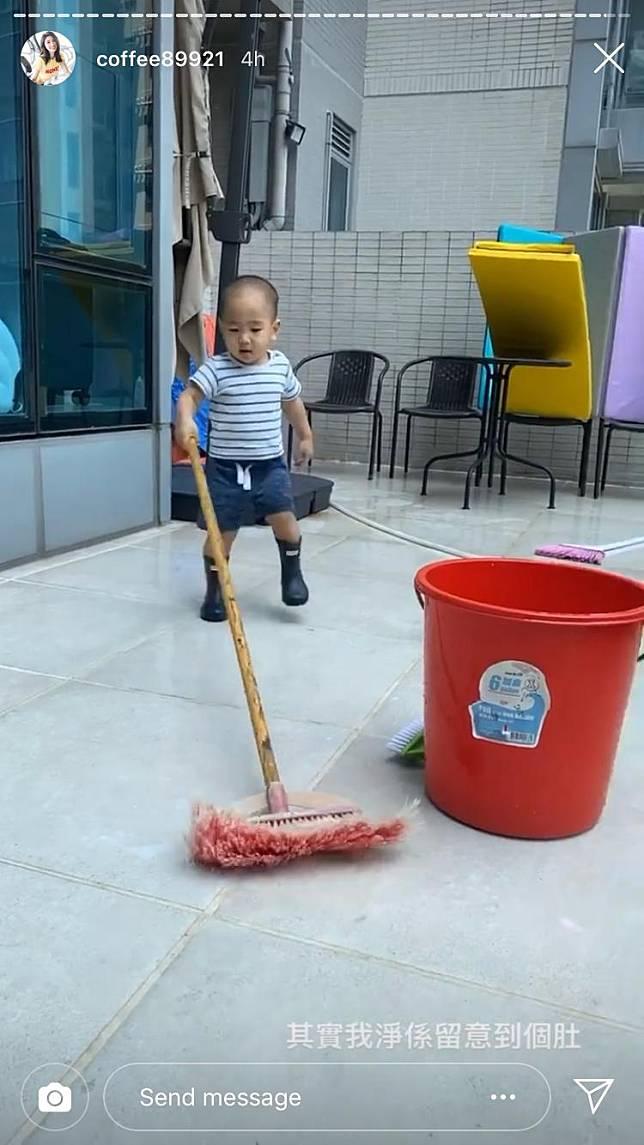 翟伯伯仲幫手掃地,絕對是「多功能伯伯」。