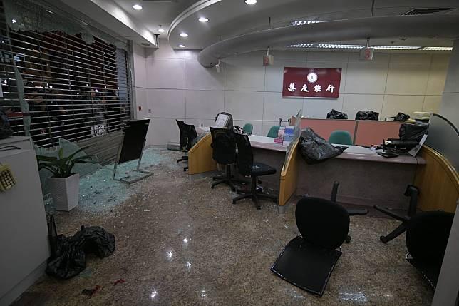 玻璃門被擊毀,碎片散落一地。