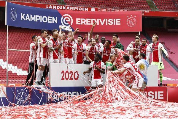 Pemain Ajax Amsterdam merayakan sukses merebut juara Eredivisie Belanda musim 2020-2021.