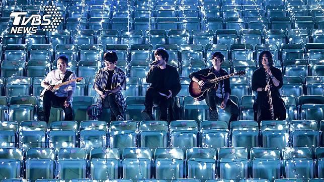 五月天首次在無人體育場開唱。(圖/相信音樂)