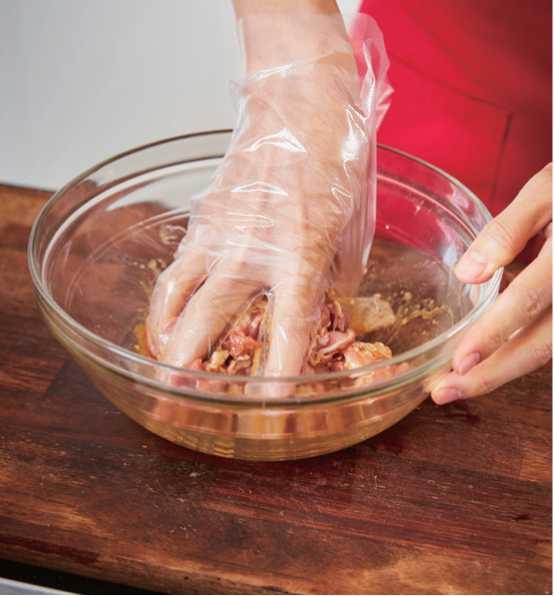 2、將除了芝麻外的調味醬材料混合均勻,放入豬肉稍微醃約半小時。