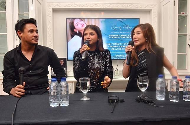 Sara Fajira (tengah) dan Shandy Purnamasari (kanan).