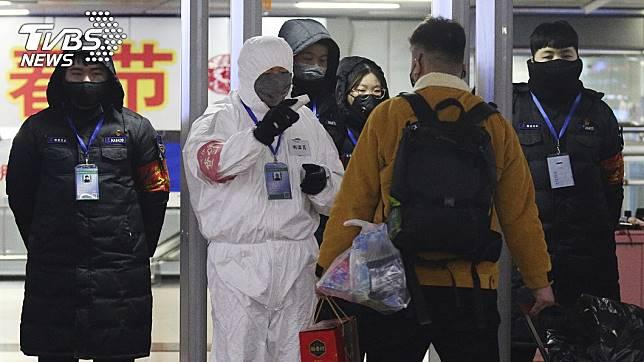 武漢肺炎疫情持續升溫,大陸部分車站實施量體溫。(圖/達志影像美聯社)