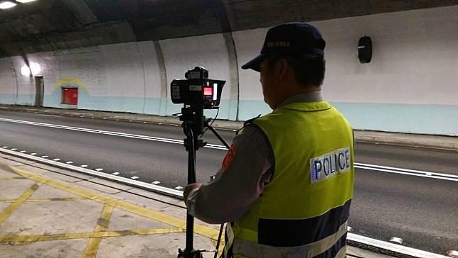 國九大隊取締雪隧「龜速車」,維持行車順暢。圖/聯合報系資料照片