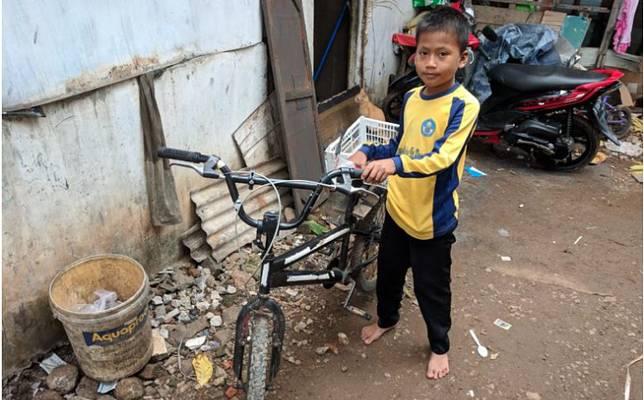 Hasil gambar untuk Bocah 8 Tahun ini Banting Tulang Mencari Kayu
