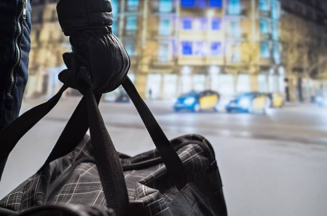 Ilustrasi pelaku pengeboman saat membawa tas berisi bom.