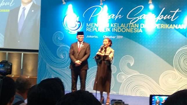 Menteri Kelautan dan Perikanan baru, Edhy Prabowo dan Susi Pudjiastuti dalam acara serah terima jabatan di Gedung Kementerian Kelautan dan Perikanan, Gambir, Jakarta Pusat, Rabu, 23 Oktober 2019. Tempo/Fajar Pebrianto