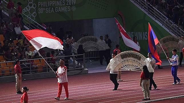 Kontingen Indonesia mengibarkan Bendera Merah Putih dalam parade penutupan SEA Games ke-30 di Stadion Atletik New Clark, Filipina, Rabu, 11 Desember 2019. SEA Games ke-30 di Filipina resmi ditutup dan akan digelar kembali di Vietnam pada 2021. ANTARA/Nyoman Budhiana