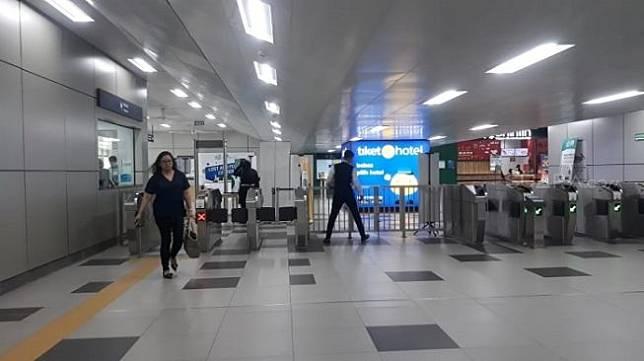 Penampakan penumpang di Stasiun MRT Lebak Bulus, Jakarta Selatan. Sebagai ilustrasi [Suara.com/Novian].