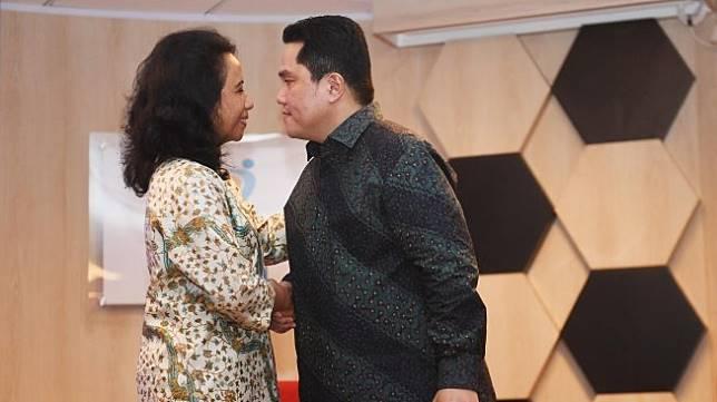 Menteri BUMN Erick Thohir (kanan) berjabat tangan dengan mantan Menteri BUMN Rini Soemarno, saat serah terima jabatan di Kementerian BUMN, Jakarta, Rabu (23/10). [ANTARA FOTO/Akbar Nugroho Gumay]