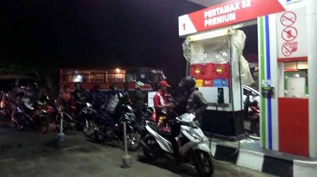 Ilustrasi isi bensin di SPBU. [Suara.com/Dwi Bowo Raharjo]