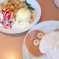 パンケーキ バナナ、ホイップクリームとマカダミアナッツ - 実際訪問したユーザーが直接撮影して投稿した神宮前ハワイ料理Eggsn Things 原宿店の写真のメニュー情報