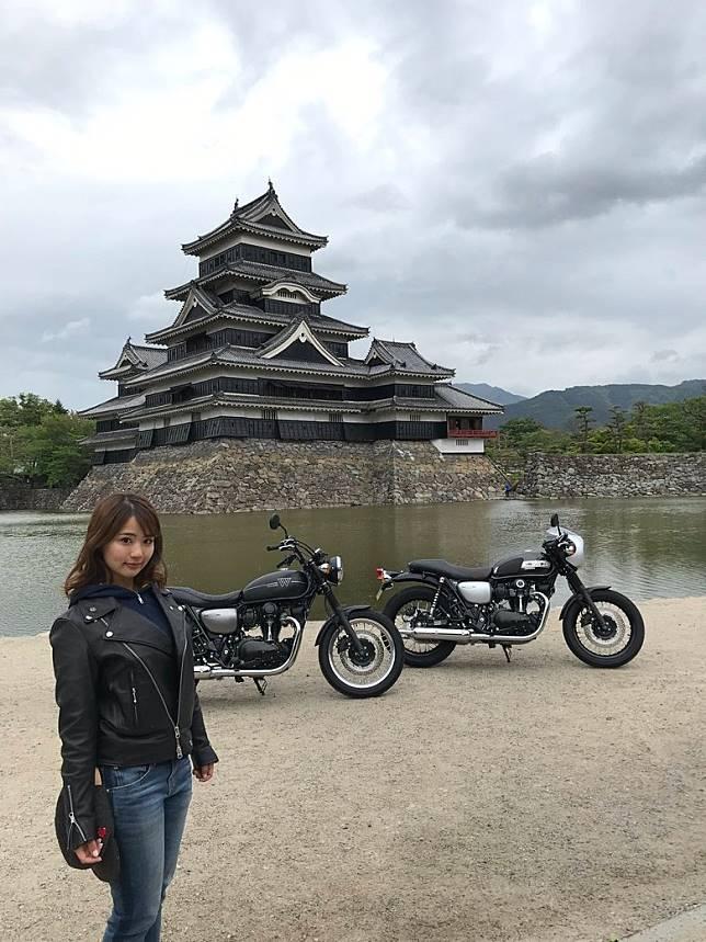 寫真界美人兒平嶋夏海近期做咗飛車黨,最近就飛車飛到去松本城睇靚景。(互聯網)