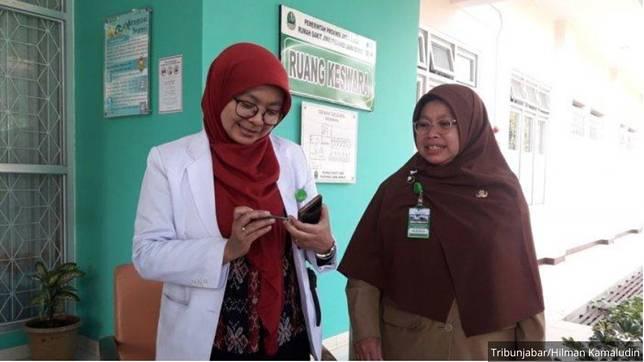 Sub Spesialis Kesehatan Jiwa Anak dan Remaja, RSJ Provinsi Jawa Barat, dr Lina Budianti (kiri) dan Direktur RSJ Provinsi Jawa Barat, dr Elly Marliyani (kanan).    Artikel ini telah tayang di tribunjabar.id dengan judul Waspadai Game Online, Sudah 209 Anak Dirawat di RS Jiwa Cisarua karena Kecanduan Main Handphone, https://jabar.tribunnews.com/2019/10/15/waspadai-game-online-sudah-209-anak-dirawat-di-rs-jiwa-cisarua-karena-kecanduan-main-handphone. Penulis: Hilman Kamaludin Editor: Ichsan