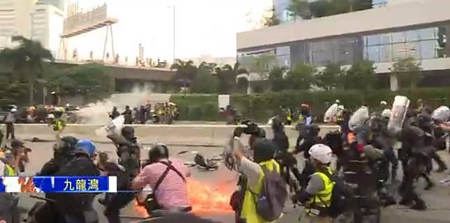 示威者投擲汽油彈。Now新聞截圖
