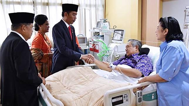 Presiden Joko Widodo alias Jokowi (tiga dari kiri) bersama Ibu Iriana Jokowi serta Wakil Presiden Jusuf Kalla (kiri) menjenguk Presiden RI ke-6, Susilo Bambang Yudhoyono alias SBY, di RSPAD Gatot Soebroto, Kamis, Jakarta, 19 Juli 2018. Keduanya datang didamping Ibu Negara Iriana Jokowi dan istri Wapres JK, Mufidah Kalla. Laily Rachev/Biro Pers Setpres