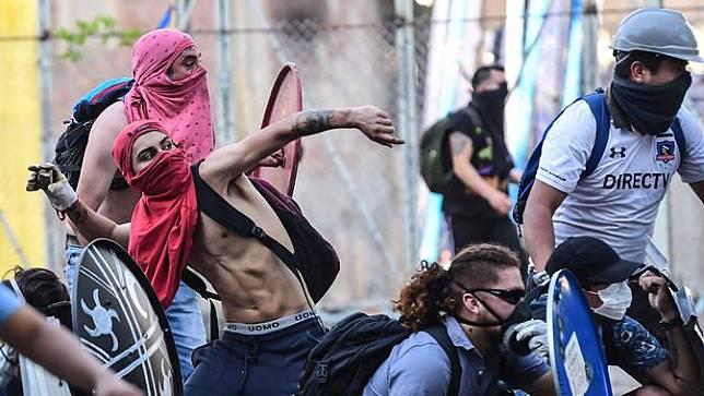 Ketapel hingga Raket Tenis Jadi Senjata Demonstran di Chile