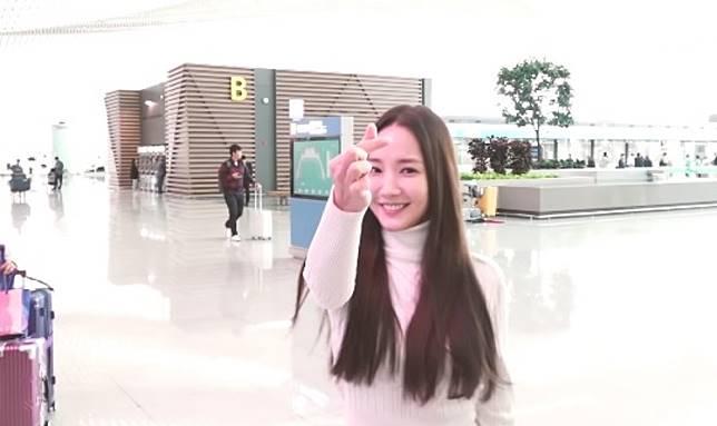 朴敏英出發赴上海,甜笑派心心。