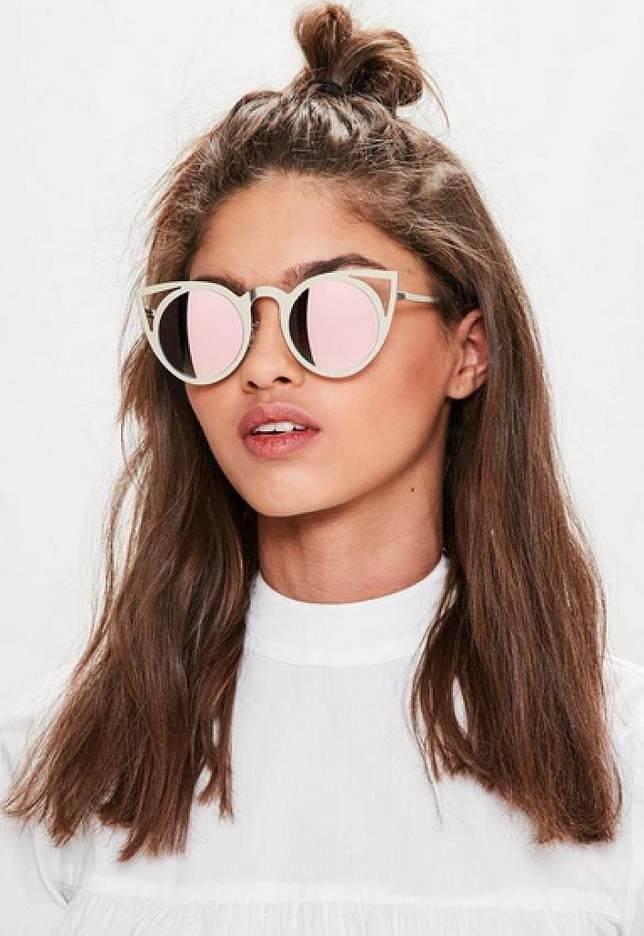 Kenali tips memilih kacamata yang sesuai dengan bentuk wajah kita yuk! Wajah  Oval. See detail 68b61ae748