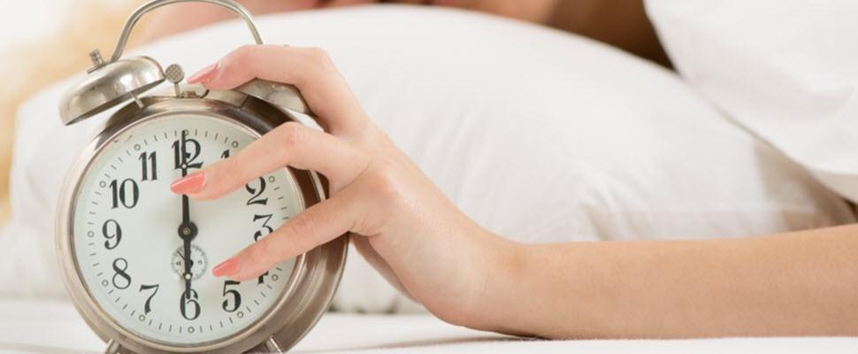 不用怕睡過頭了,這款鬧鐘雙腳踩上才會停止作響