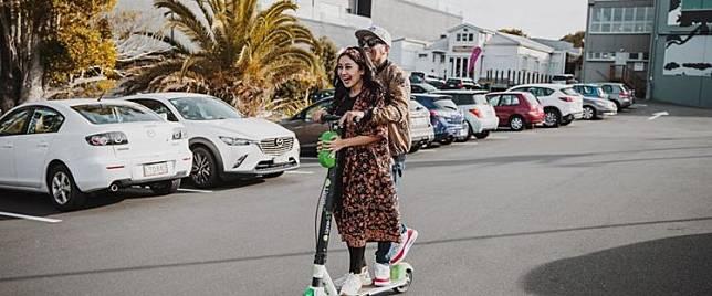 5 Momen kenangan Mutia Ayu dan Glenn Fredly main skuter, romantis