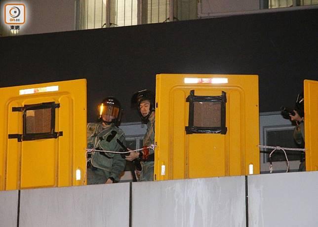 防暴警在警署高處擎槍戒備。(梁國雄攝)