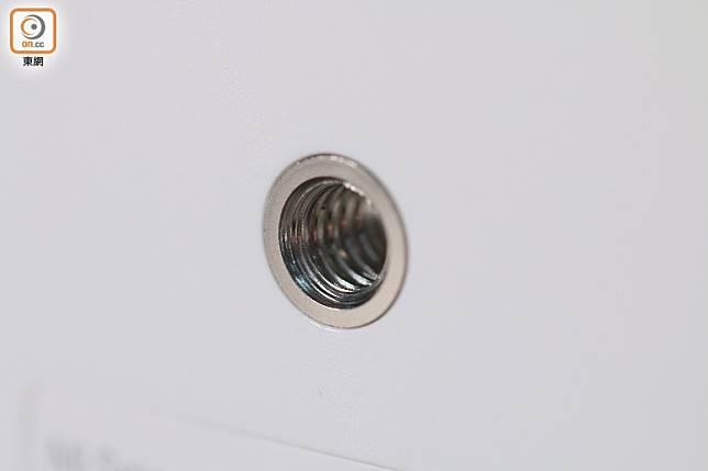 機底加入1/4螺絲孔,可以連接腳架。(胡振文攝)
