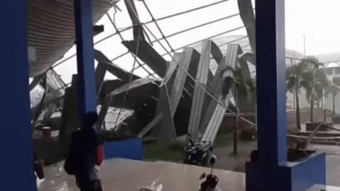 Atap Sport Jabar Arcamanik Roboh Diterpa Hujan dan Angin Kencang