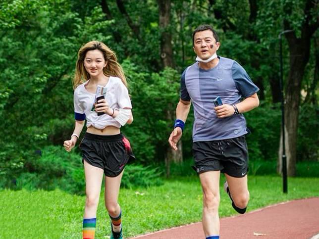 ▲李亞鵬(右)與女兒李嫣一起參與公益活動,李嫣秀出好身材。(圖/翻攝微博)