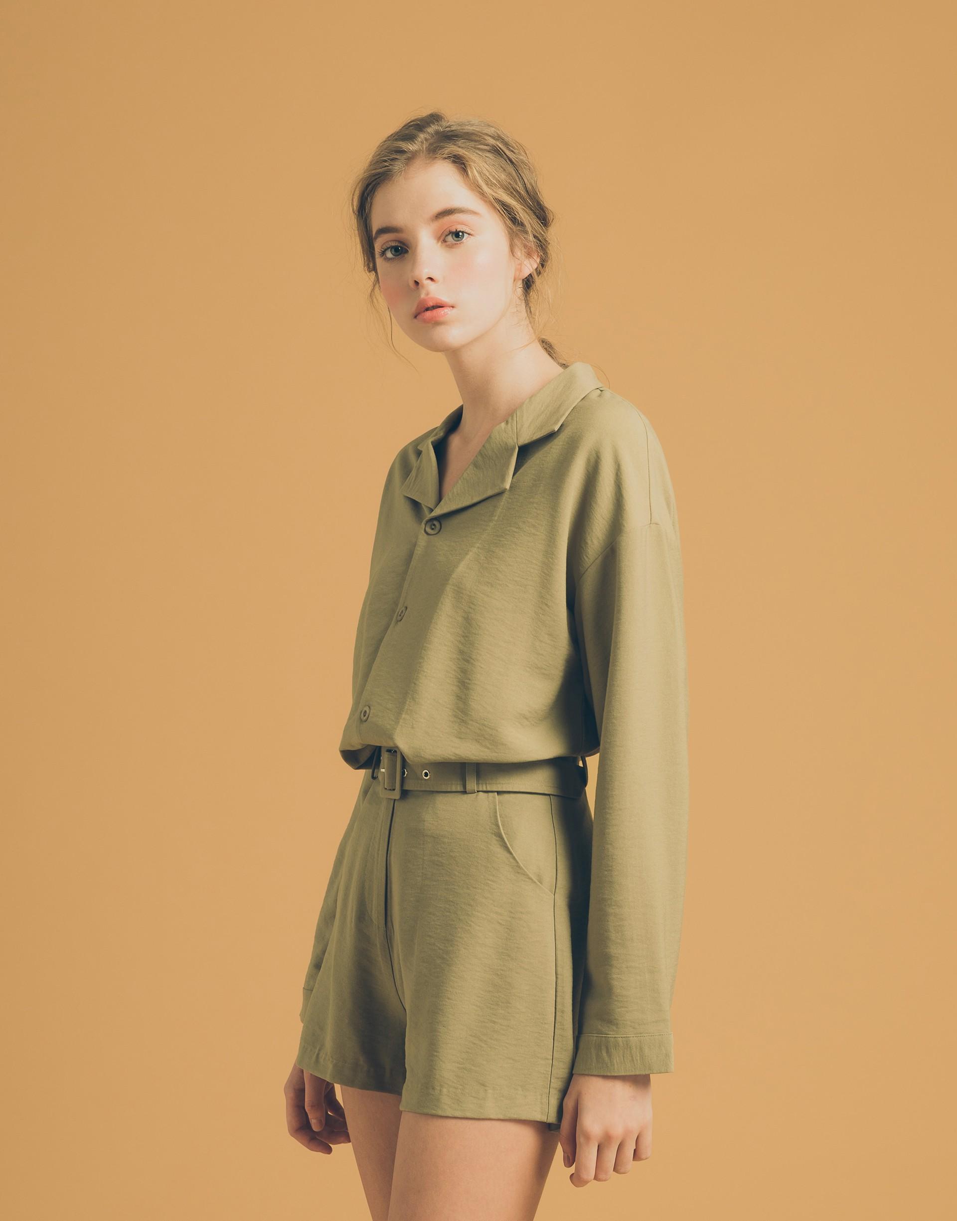兩件式套裝/質感方形釦/V形領型可修飾臉部/短褲有附一條本腰帶/兩側有口袋