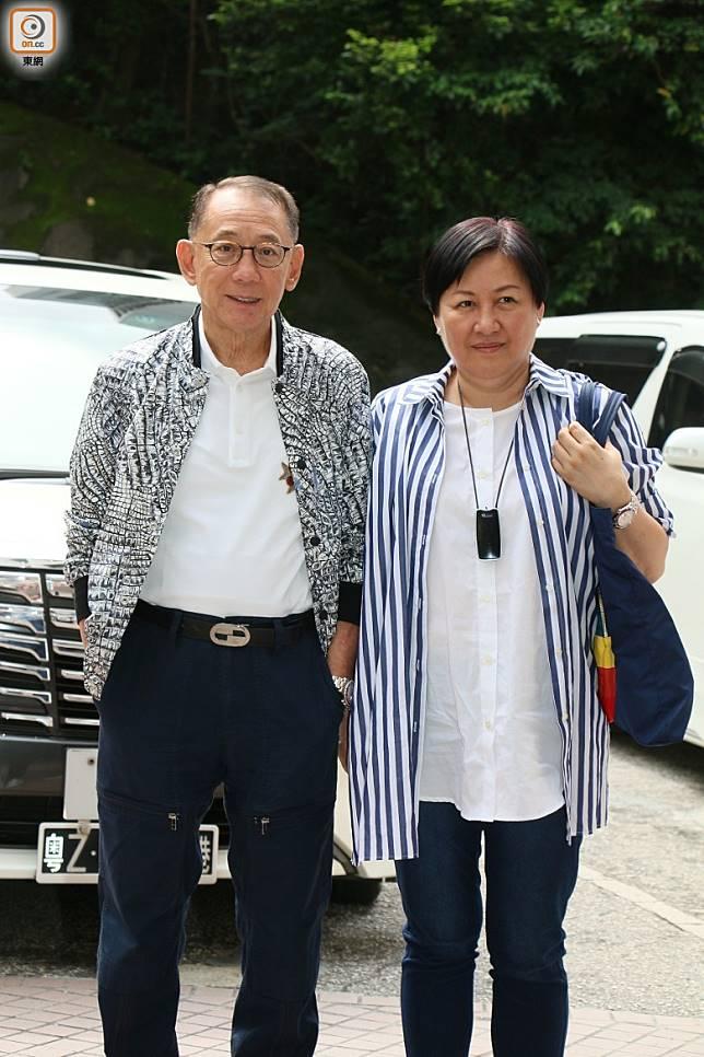 楊受成與太太到醫院探望任達華。