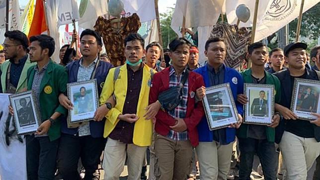 Massa demonstrasi dari Aliansi Badan Eksekutif Mahasiswa Seluruh Indonesia membawa foto lima orang yang menjadi korban tewas dalam kericuhan demonstrasi pada 24-30 September lalu saat menggelar aksi di depan Kementerian Pariwisata, Jakarta Pusat, Senin, 21 Oktober 2019. Tempo/Adam Prireza.