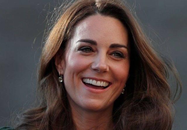 Bergaun Merah, Kate Middleton Awali Tugas Kerajaan Tanpa Meghan Markle