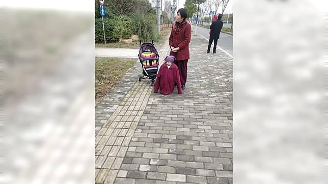 該名奶奶疑怕孫子冷到,讓孫子穿了超多件衣服、外套。(圖/翻攝自臉書社團「爆笑公社」)
