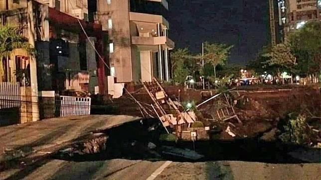 Kondisi tanah ambles di Jalan Raya Gubeng Surabaya, Jawa Timur, Selasa, 18 Desember 2018. Akibat kejadian tersebut, PT PLN (Persero) Unit Induk Distribusi Jawa Timur melakukan pemadaman listrik untuk area sekitar jalan tersebut. twitter.com/Sutopo_PN
