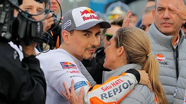 Pembalap Honda Repsol Jorge Lorenzo menyapa timnya seusai balapan MotoGP Valencia di Sirkuit Ricardo Tormo, Cheste, Valencia, Spanyol, Ahad, 17 November 2019. REUTERS/Heino Kalis
