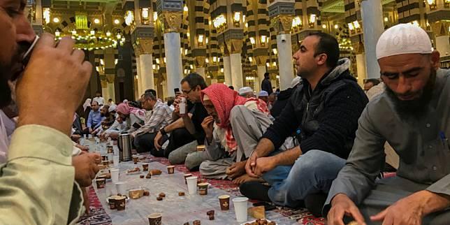 Umat Islam Saudi berbuka puasa di Masjid Nabawi (Foto: Shutterstock,com)
