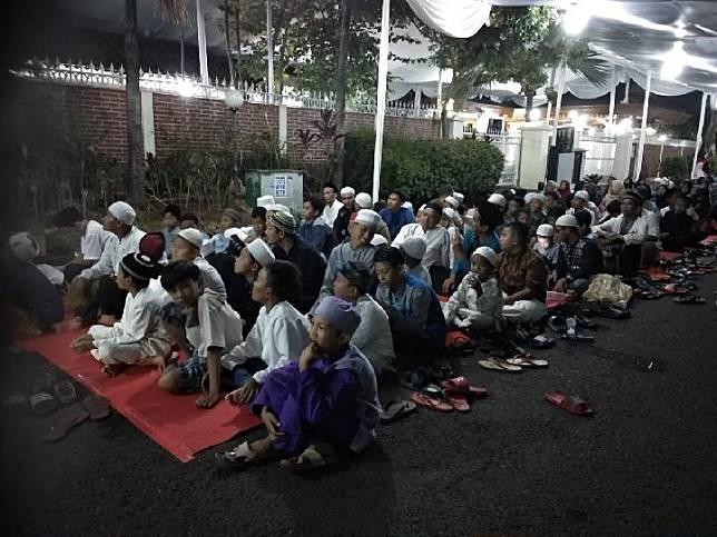 Banyak warga yang duduk di depan rumah BJ Habibie saat tahlilan ke-5 di Jalan Patra Kuningan VIII, Jakarta Selatan, Senin malam, 16 September 2019. TEMPO/Lani Diana