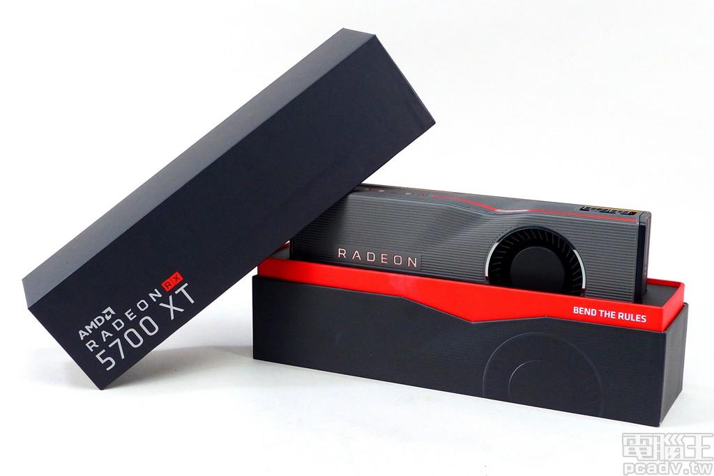 Radeon RX 5700 XT 公版參考設計外盒採用上下分離設計,Radeon RX 5700 XT 顯示卡則位於中央緩衝材當中,紅色裝飾帶印有「BEND THE RULES」字樣。