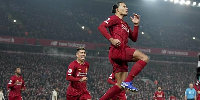 Virgil Van Dijk merayakan golnya ke gawang Manchester United di Anfield, Minggu (19/01/2020). (c) AP Photo