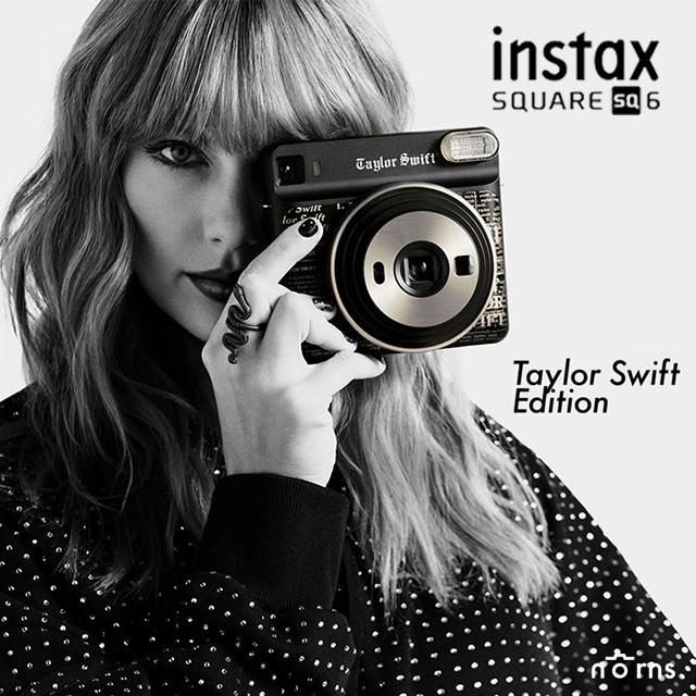 FUJIFILM富士與小天后泰勒絲共同聯名推出的拍立得相機《instax SQUARE SQ6 Taylor Swift Edition》泰勒絲親自監督設計拍立得相機,由黑色的機身搭配金色的報紙圖紋,