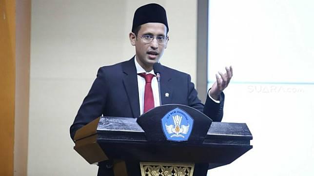 Mendikbud Nadiem Makarim memberikan pidato saat acara Lepas Sambut di Kemendikbud, Jakarta, Rabu (23/10). [Suara.com/Arya Manggala]
