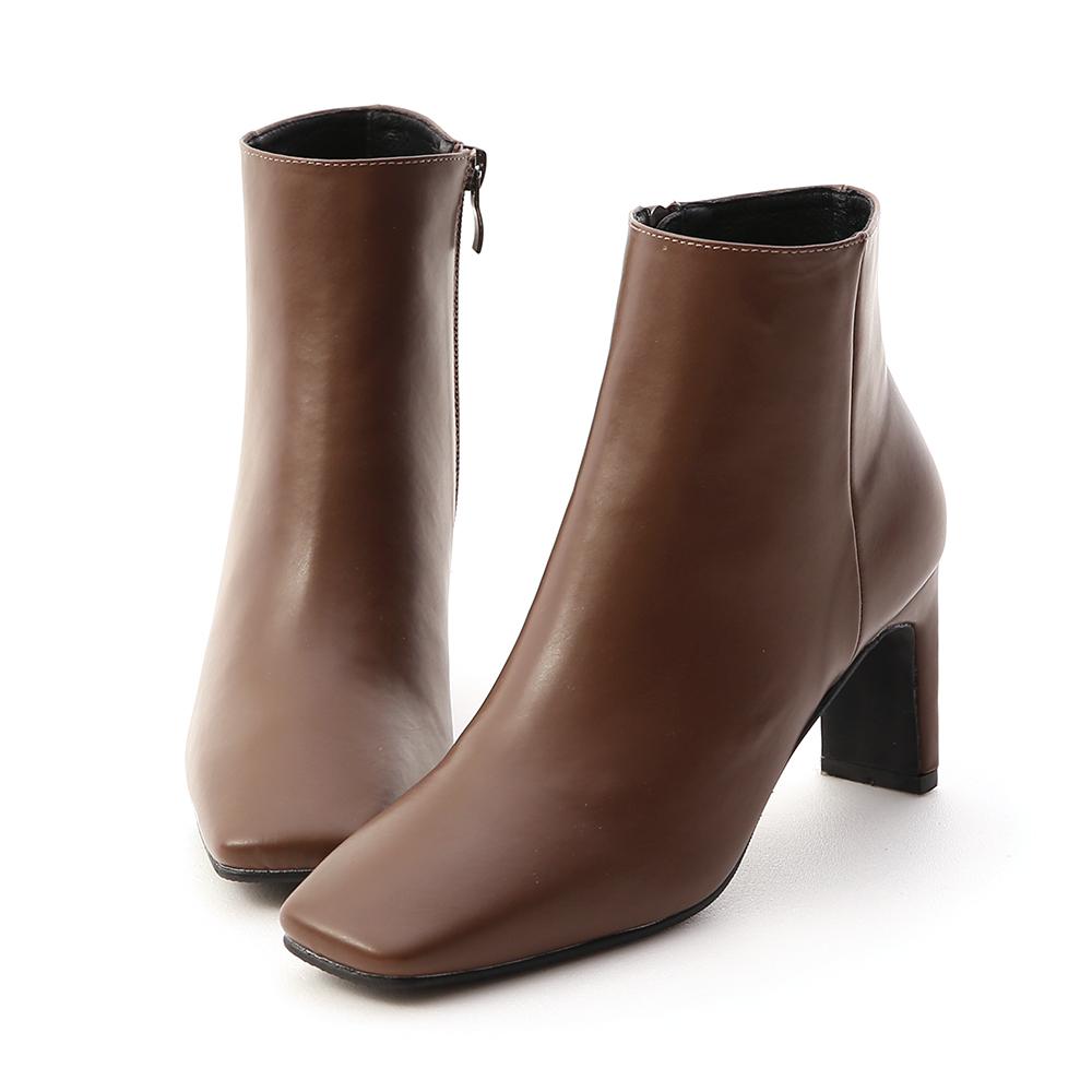 .秋冬必備超好看方頭短靴 .超有型的復古方頭鞋型時髦度100% .簡單的素面造型具有高度的實穿性 .最有特色的地方就是它的鞋跟 .側面看是細跟,背面看是粗跟超特別 .7cm的跟高完美打造美腿效果 .貼
