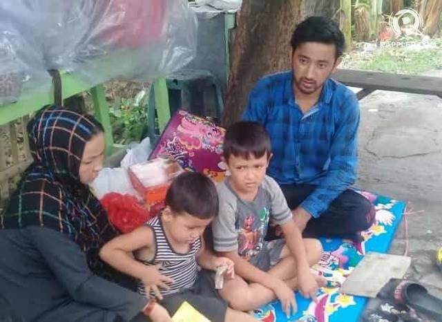 Mohammad Husein bersama istri dan dua anaknya yang kini terlunta-lunta setelah permononan suaka mereka ditolak oleh Rudenim Semarang. FOTO oleh Fariz Fardianto/Rappler