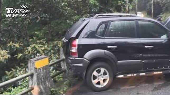 男子疑似在停車時打錯檔,結果不慎撞上在路邊指揮的妻子,導致對方枉死。(圖/TVBS)