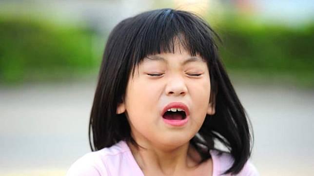 Ilustrasi seorang perempuan sedang bersin. (Shutterstock)