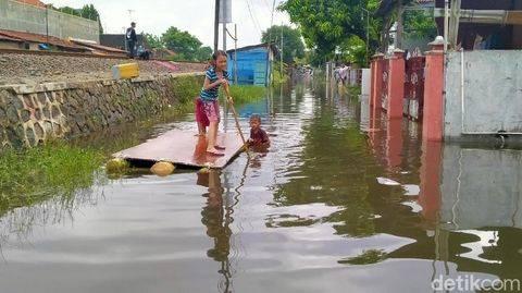 Dibawa Happy, Warga Jakarta Main TikTok di Tengah Banjir